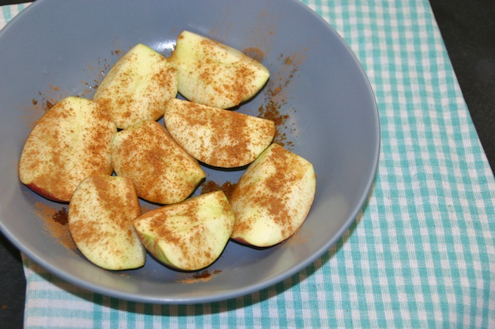Bagte æbler med kanel og skyr, inden mikro