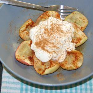 Bagte æbler med kanel og skyr, færdig