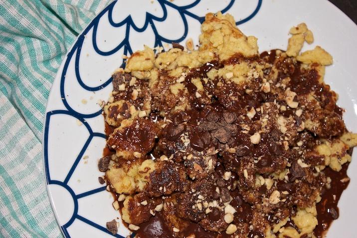 Skramlede pandekager med chokoladesauce