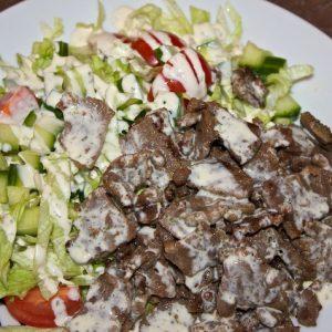 Kebab-salat med creme fraiche-dressing