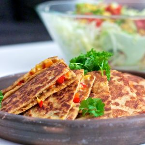 Quesadillas med cheddar, chili og peberfrugt & salsasalat