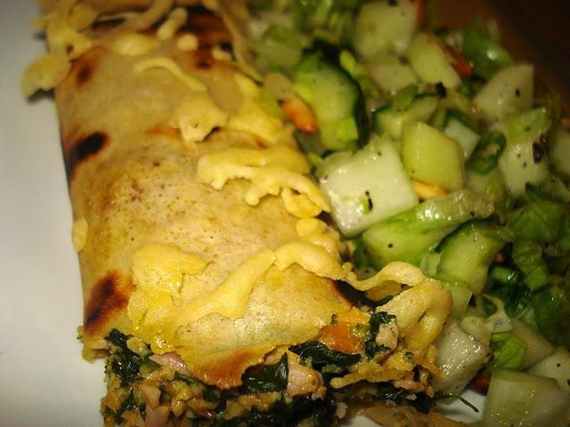 Fyldte pandekager med skinke og spinat samt salat med melon, agurk og pinjekerner.