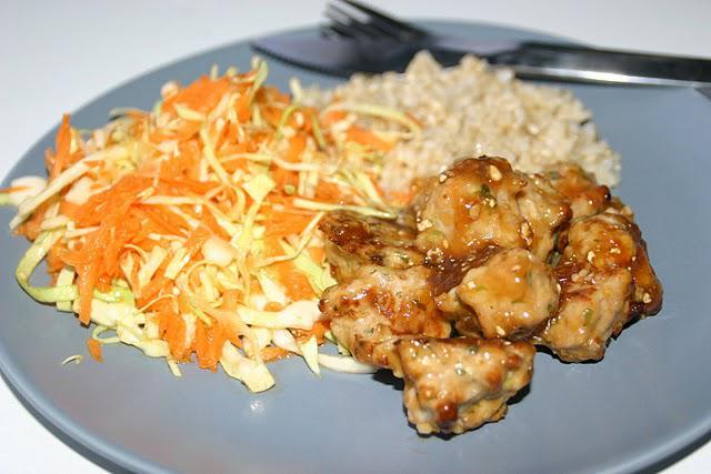 Thai kyllingekødboller med basilikum og brune ris med asiatisk råkost